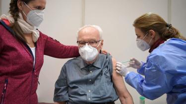 Vaccinen fra tyske Pfizer-BioNTech, der som den første fik tilladelse, koster hele 15,50 euro pr. dosis, mens den britisk-svenske producent AstraZeneca har lovet sin vaccine for under to euro. Den er bare ikke tilladt endnu.Det kunne man bare ikke vide i sommer, og det er »umuligt at bedømme i bakspejlet i dag«, som Tysklands førende virolog, Christian Drosten, har udtalt.Her ses en ældre tysk mandpå 86 år, der fårvaccine mod corona, Berlin.