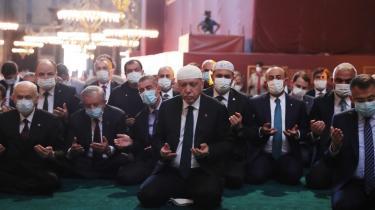 Erdogan under bøn i Hagia Sophia-moskeen i Istanbul. Den tyrkiske lederes ultimative ambition er at føje Tyrkiet til denne gruppe som en økonomisk og militær magt i det 21. århundrede.