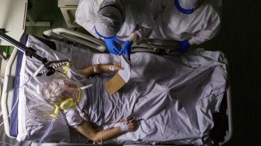 Mens antallet af offentlige italienske sengepladser blev mere end halveret fra 1995 til 2018, overlod de private hospitaler det til de offentlige at tage imod COVID-19-patienter – de private var ikke i starten forpligtet til at modtage disse.