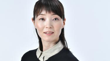 Stalkingmotivet mellem to unge kvinder bruges overlegent til at skabe rum og refleksion i Natsuko Imamuras nye novella 'Kvinden i den lilla nederdel'