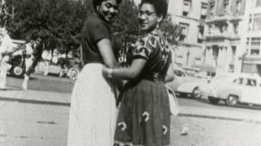 Audre Lorde (t.h.) var en vigtig amerikansk feministisk tænker fra det 20. århundrede, der argumenterede for en intersektionel feminisme. Her ses hun med en ven i 1950'erne.