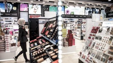 »En tur i Matas, den eneste butik, som er åben i min del af Århus, er nu et rent eventyr. Jeg brugte forleden en halv time derinde uden formål. Personalet var forstående, imens jeg vendte og drejede hver en farverig indpakning. Det er ikke dårligt at leve i længslen,« skriver sceneinstruktørKatrine Wiedemann i denne klumme.
