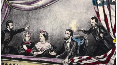 Det var gennem Shakespeare, Lincoln lærte den mand at kende, som blev hans morder:Den anerkendte Shakespeare-skuespiller John Wilkes Booth. Lincoln beundrede ham. Men Booth hadede præsidenten.