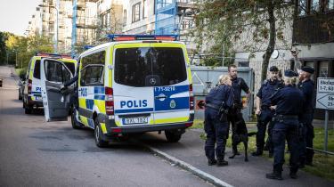 Göteborg-forstaden Angered er blevet centrum for debatten om bandekriminalitet og såkaldt klankriminalitet i Sverige. Billedet er fra august 2020, hvor politiet rykkede ud, efter at flere bander havde oprettet vejspærringer, hvor maskerede og indimellem også bevæbnede unge bandemedlemmer stoppede og kontrollede biler i en række områder.