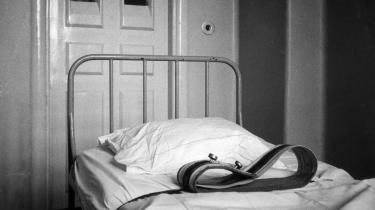 Psykiatrihistorien er er overstrøet med eksempler på gode intentioner, der er endt som katastrofer. Fikseringsrum under det daværende Åndssvageforsorgen i 1970'erne.
