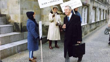 Ligesom Inger Søjberg stadig nyder stor opbakning fra mange borgere, så havde Erik Ninn-Hansen tilhængere under rigsretssagen mod ham. Her er gruppe af dem mødt op for at støtte ham, mens han er på vej til afhøring i Højesteret.