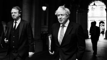 Kort før nytår gennemførte Boris Johnson sit helt store politiske løfte: Brexit. Men hans popularitet daler. Måske hænger klovneri og corona dårligt sammen? Boris Johnson har engang sagt, at det »ofte er nyttigt at give folk indtryk af, at man bevidst foregiver ikke at vide, hvad der foregår. Virkeligheden kan jo være, at man faktisk ikke helt ved, hvad der foregår, men så kan folk ikke se forskel«. Lige nu vil briterne måske gerne føle, at premiereministeren ved, hvad der foregår.