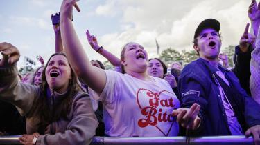 Arrangørerne af Roskilde Festival håber at de med forskellge coronatiltag i år kan åbne festivalpladsen for gæster. Men eksperterne er dog mindre optimistiske i forhold til at samle så mange mennesker på et sted allerede til sommer.
