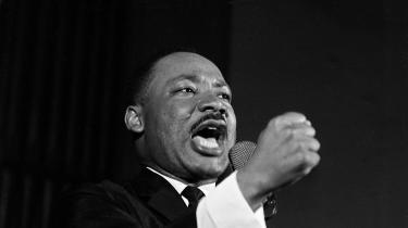 Der er enskøn ironi i, at de identitetspolitikforskrækkede næsten uvægerligt påkalder sig en forsødet og skrubbet udgave af Martin Luther King og en tårevædet ihukommelse på ikke at se hudfarve, hvorimod den rigtige Martin Luther King var radikal, antiimperialist og kapitalismekritisk.