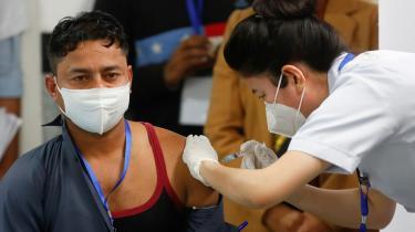Manish Kumar, en 34-årig rengøringsmedarbejder på et hospital i Delhi, blev i weekenden den første person i Indien til at blive vaccineret mod corona.