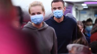 Den russiske oppositionsleder Aleksej Navalnij blev anholdt søndag, netop som han ankom til Moskvas Sjeremetyevo-lufthavn fra Tyskland.Mandag har en dommer i Moskva besluttet at holde Navalnij i fængsel i 30 dage for at have forbrudt sig mod betingelserne i en betinget dom for underslæb.