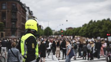 Videoer af, hvad der kan ligne ekstrem magtanvendelse fra danske politifolks side, er de seneste 12 måneder blevet delt flittigt på Instagram og Facebook af profiler med mange følgere, og derfor er de nået bredt ud