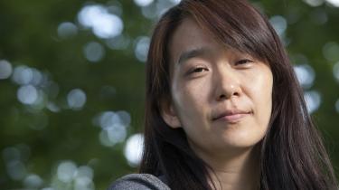 I vinteren 2014 var sydkoreanske Han Kang på skriveophold i Warszawa, og denne rejse skaber rum og tid i hendes nye bog, 'Hvid'.