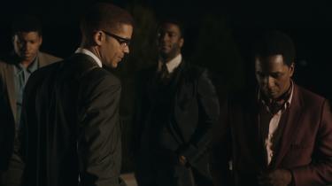 Fire venner og sorte ikoner, Cassius Clay (Eli Goree), Malcolm X (Kingsley Ben-Adir), Sam Cooke (Leslie Odom Jr.) og Jim Brown (Aldis Hodge), mødtes i 1964 på et hotel i Miami, og det møde er nu blevet til Regina Kings fremragende 'One Night in Miami'.