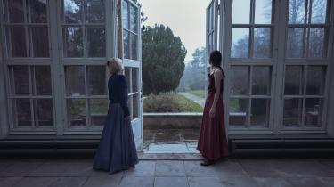 Den unge balletdanser Stephanie Chen Gundorph og den garvede karakterdanser Sorella Englund bryder gennem skærmen i deres danseduet og bevæger tilskueren i Det Kongelige Teaters dansevideo 'Respira'.