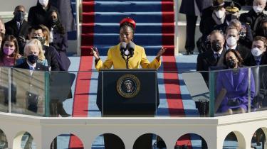 Som den yngste digter i USA's historie, sort og iført en elegant lang gul frakke, leverede Amanda Gorman en bemærkelsesværdig performance ved indvielsesceremonien for Joe Biden og Kamala Harris.