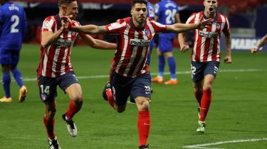Atletico Madrid's Luis Suarez fejrer et mål mod Getafe kort før nytår. Den urguayanske angriber spiller en vigtigt rolle i klubbens pludselige opstigning i den spanske liga. Men æren,hvis kabalen ender med at gå op, er træneren Diego Simeones.