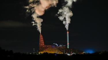 Det stærkt iøjnefaldende, rustrøde affaldsforbrændingsanlæg i udkanten af Roskilde er kommet på Kommunernes Landsforenings liste over affaldforbrændingsanlæg, som skal lukkes. Men ifølge de kommunale ejere er det et af de mest moderne og miljøeffektive affaldsforbrændingsanlæg i Danmark.
