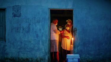 Brasilien er et af de lande, som har indgået aftaler om at teste og modtage vacciner fra Kina. Her får Raimunda Nonata på 70 år et skud med den kinesiske CoronaVac i Cachoeira do Piria i det nordlige Brasilien.