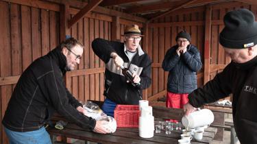 Under navnet 'Hakkedrengene' holder (fra venstre) Søren Gutkinsen, Kurt Damgaard, Poul Pedersen – også kendt som 'Lille-Poul' – og Svend Åge Madsen – også kendt som 'Svoger' – orden i Vinderups park, Anlægget. Det sættes der pris på i byen, og Hakkedrengene får ofte sponsoreret lidt til morgenkaffen fra de forretningsdrivende.