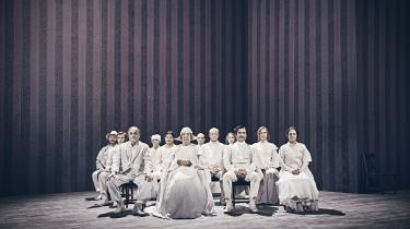 Indledningsvis ser det spændende ud i den streamede udgave af Aalborg Teaters opsætning af 'Tine': Midt på scenen står tolv stole, hvor hvidklædte skuespillere en efter en træder ind og sætter sig. Visningen skifter mellem tre kameravinkler. Midtfor, højre og venstre. Som sad vi i salen og så med. Men teatret fik ikke i forestillingen som helhed udnyttet det digitale medies muligheder.