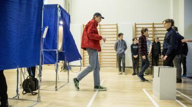 »Stemmeretten skal vægtes højere for dem, der skal leve i og med fremtiden,« skriver Gitte Haslebo, der mener stemmeretten bør sættes ned til 16 år. Her stemmer 8.-, 9.- og 10.-klasseelever ved undervisningsforløbet skolevalg. Arkivfoto.