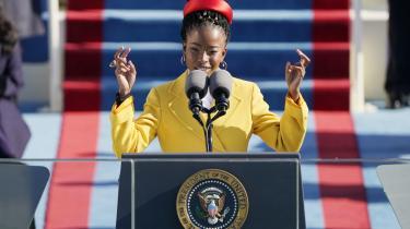 Vi vender lige tilbage til Amanda Gorman én gang til! Mange mener noget om den sorte, kvindelige digter og hendes oplæsning ved Joe Bidens indsættelse som præsident. Også Bogkorts Adda Djørup.