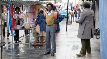 Lokalmiljøet spiller en stor rolle i Steve McQueens filmantologi 'Small Axe', der kan streames på dr.dk fra fredag. I filmen 'Alex Wheatle' forvandler det tidligere børnehjemsbarn Alex Wheatle (i filmen spillet af Sheyi Cole) sig fra naiv landmus til cool storbykat, da han flytter til bydelen Brixton.