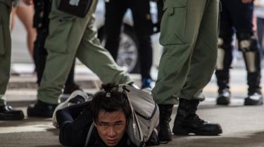 Hvor mange job er ytringsfriheden værd, spørger kinaforsker Luke Patey retorisk. Han kritiserer Danmark for ikke at ville byde dissidenter fra Hong Kongs demokratibevælgelse velkommen af frygt for repressalier fra Kina. På billedet anholdes en demonstrant i Hong Kong.