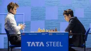 Magnus Carlsen og Alireza Firouzja tørnede sammen i første runde i Wijk aan Zee, og selvom den unge iraner lagde godt ud, trak Carlsen sejren hjem. Siden er det dog Firouzja, der har sat sig på turneringens førsteplads, mens nordmanden halter uvant efter.