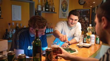 Simon Dyrmose (tv), som bor hos hans forældre og har sin egen bar i den ene del af huset. Han ses ham sammen med Jeppe Andersen (i midten) og Kristoffer Nygaard (th). På grund af corona mødes de for tiden kun i mindre grupper.