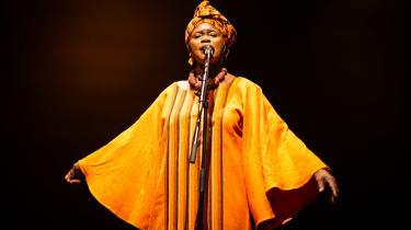 Doumbia går også under kælenavnet Dronningen af Didadi. For hun har om nogen været med til at bringe denne rytme, som særligt unge maliere spiller på de såkaldte dunduntrommer ved fester og ceremonielle lejligheder, ud til danseglade vesterlændinge.