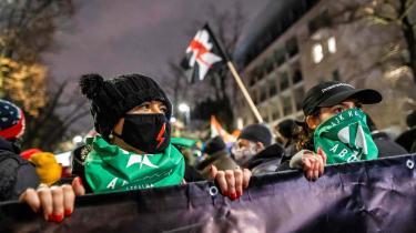»De stærke protester viser, at polske højrepopulister og politiske mandschauvinister trods vinterkulde og corona må regne med stærk modstand fra et stadigt mere kirkekritisk civilsamfund,« skriver Mathias Sonne i denne leder. Billedet er fra en demonstration i Warszawa onsdag den 27. januar.