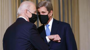 Præsident Joe Biden – her sammen med sin særlige klimaudsending, John Kerry – lykkedes i sin klimatale med at binde drømmen om en ny amerikansk økonomi, hvor omstillingen til en bæredygtig grøn økonomi skal være fuldbyrdet i 2050, sammen med de første nødvendige konkrete tiltag, han selv kan tage i kraft af sin position.