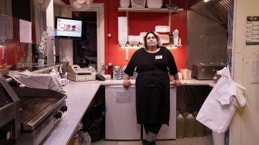 Grillhytten ligger i det, der bedst kan karakteriseres som Vinderup midtby. I forsøg på at holde gang i biksen har Mette Thorup iværksat nogle tilbud, som hun håber lokker folk lidt til. I denne måned lyder tilbuddet på plankebøf med pomfritter. Derudover er der ugetilbud med både to gange hotdogs og kebabmix til billige penge.