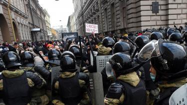 Myndighederne slog hårdt ned på de tusindevis af demonstranter, der var på gaden søndag. Som her i Skt. Petersborg.