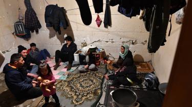 Flygtninge fra Afghanistan har søgt tilflugt i et forladt hus i Bosnien, nær grænsen til Kroatien. Flygtninge og migranter søger ofte at krydse EU's ydre grænse mellem Bosnien og Kroatian adskillige gange og tager derfor mere eller mindre permanent ophold i den grænseregionen.