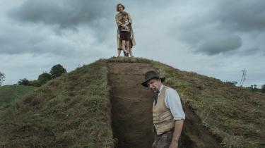 Carey Mulligan og Ralph Fiennes graver i fortiden i Simon Stones fine 'The Dig'.