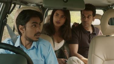 Fattige Balram (Adarsh Gourav) får arbejde for rigmandssønnen Ashok (Rajkummar Rao) og hans kone, Pinky (Priyanka Chopra), i Ramin Bahranis satiriske 'The White Tiger'.