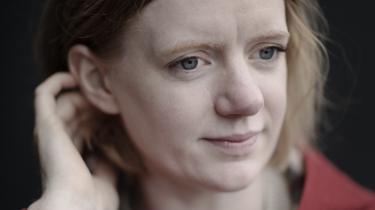 I otte måneder rejste den norske socialantropolog Erika Fatland gennem jordens højeste bjergkæde Himalaya. Hun oplevede isolerede bjerglandsbyer i Pakistan, turiststrøgene i Nepal og det hyperkontrollerede digitale diktatur i Tibet