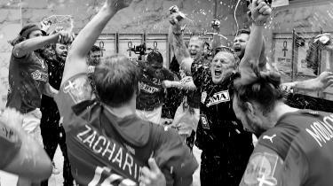 Med den danske VM-triumf ved slutrunden i Egypten er det lykkedes de danske håndboldherrer at overbevise Jørgen Leth om sporten kvaliteter. Endda i en sådan grad, at han overvejer at skrive digte om spillet.
