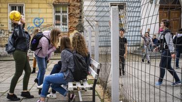 Det måske klareste symbol på det stærkt etnisk opdelte uddannelsessystem i Bosnien-Hercegovina er adskillelsen af etiske grupper i skolegårdene. Som her i byen Travnik, hvor børn af kroatisk og bosniakisk etnicitet holdes adskilt af et jernhegn.