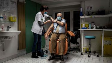 En mand bliver vaccineret mod COVID-19 i Lyon. I Frankrig har der traditionelt været en stor vaccineskepsis, fordi mange franskmænd mener, at deres regering er i lommen på medicinalindustrien.