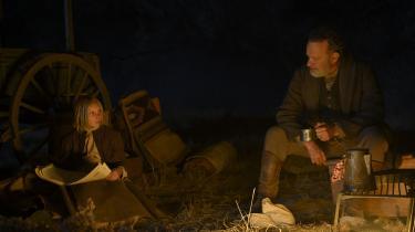 Johanna (Helena Zengel) og kaptajn Kidd (Tom Hanks) er på en farefuld færd igennem Texas.