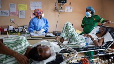 Tvivl om effektiviteten af AstraZeneca-vaccinen mod den sydafrikanske coronamutation har fået Sydafrikas regering til helt at suspendere sin vaccinationskampagne, selv om man netop havde modtaget over en million doser. Landet er det hårdest ramte i Afrika med over 43.000 COVID-19-relaterede dødsfald.