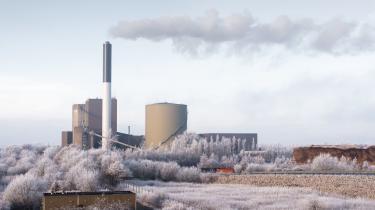 Afbrænding af biomasse (flis og træpiller) medførermarkante belastninger af det globale klima, men er også en alvorligtrusler mod bæredygtigheden og den biologiske mangfoldighed i mange af de skov- og naturområder, hvor biomassen hentes, skriver internationalt forskerhold.Her ses Herningværket, der er et kraftvarmeværk primær baseret på biobrændsel i form af træpiller og flis. Arkivfoto.