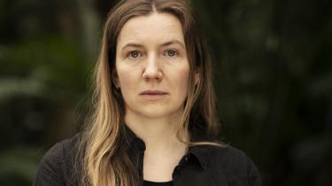 »Det kan kun glæde en gammel ornitolog at møde spove, vibe, gøg, gulspurv og due (!) i en ny digtsamling!« skriver Erik Skyum-Nielsen om Mirian Dues 'Vågent'.