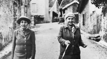 Gertrude Stein var en modernistisk, nyskabende digter, en betydningsfuld kunstsamler, et intellektuelt og kreativt midtpunkt – og forfatter af kærlige og lumre noter til sin kone