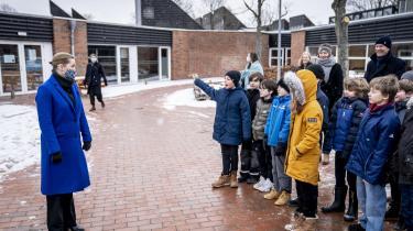 Statsminister Mette Frederiksen taler med elever under besøg på Allerslev Skole i Lejre, efter at 0.-4. klasse igen er kommet i skole. Mette Frederiksen har kunnet noget helt særligt som dansk leder under coronakrisen, mener Mikkel Vedby Rasmussen.