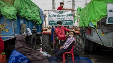 Barberen kommer forbi de indiske landmænds vejspærring på hovedvejen mellem Delhi og Utter Pradesh-delstaten.